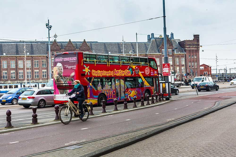 come-muoversi-ad-amsterdam-bus-turistico