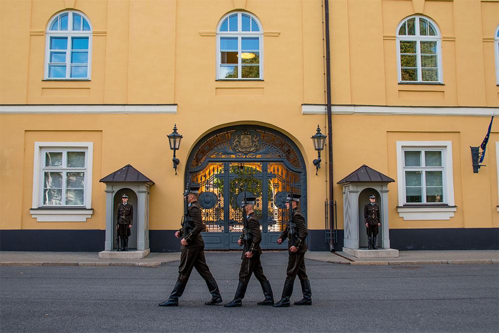Conviene-visitare-Riga-castello-cambio-guardia
