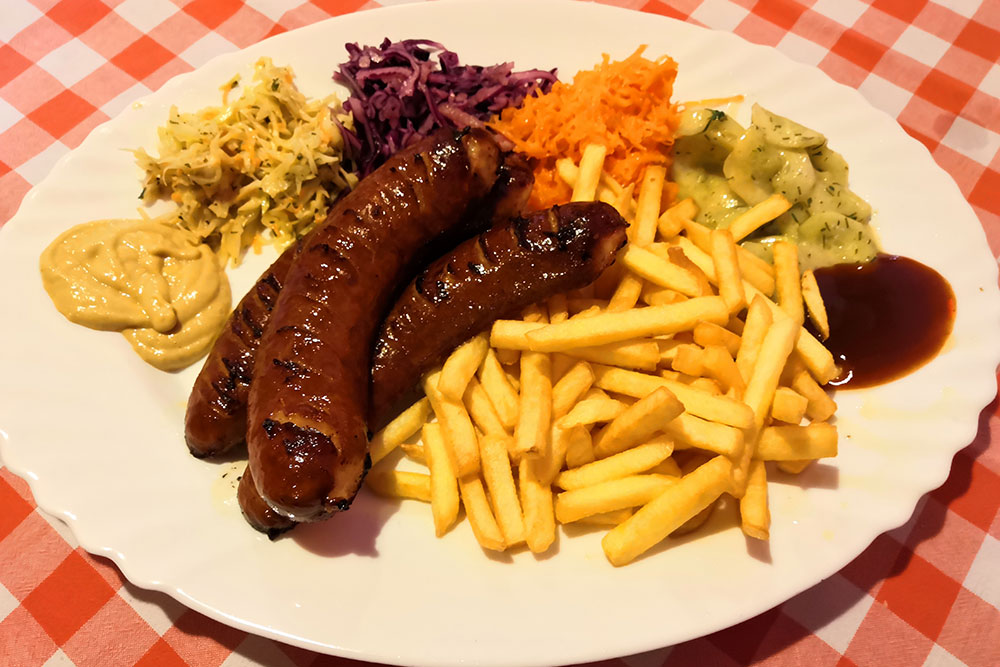Cosa-mangiare-a-Cracovia-wurstel-patatine-verdure