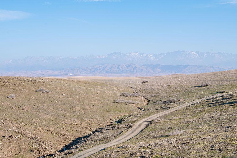 deserto-di-agafay-vista-strada-colina-montagne-atlas