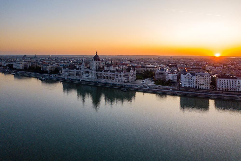 Cosa-mangiare-a-Budapest-alba-palazzo-del-parlamento