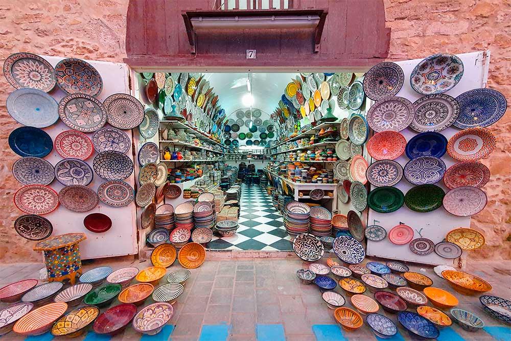 Cosa-vedere-a-Essaouira-negozio-di-ceramiche-colorate