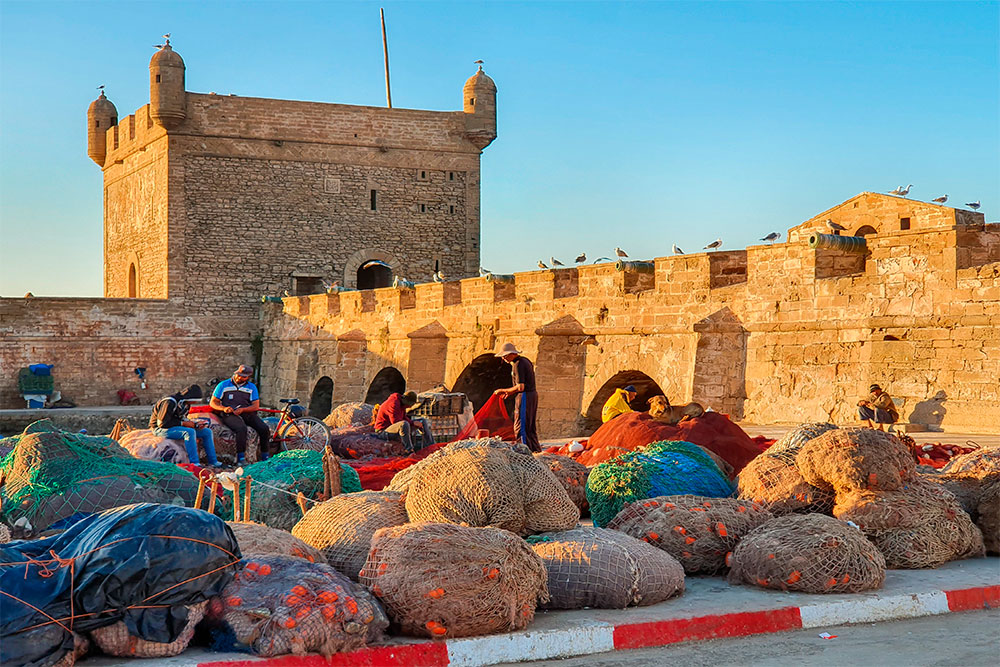 Cosa-vedere-a-Essaouira-porto-pescatori-sistemano-le-reti