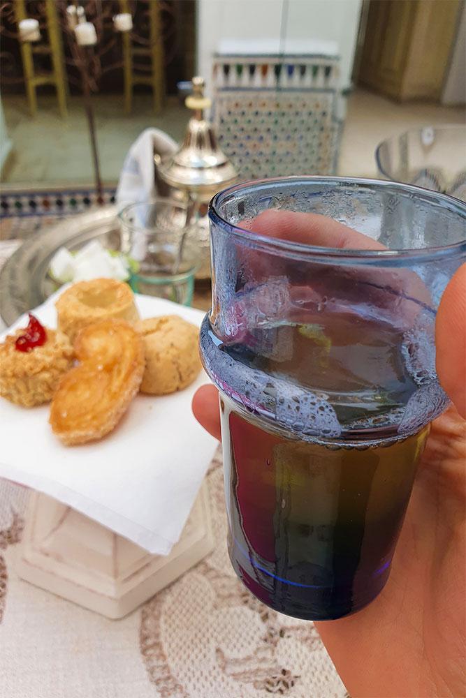 Riad-a-Rabat-tè-marocchino-biscotti-tipici-marocchini