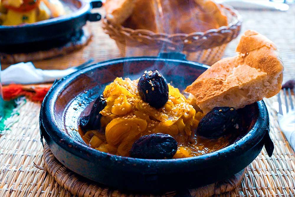 dove-mangiare-a-Essaouira-tajine-pollo-prugne-pane-tipico