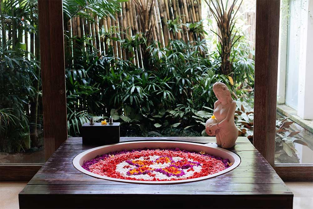 bali-vasca-con-petali-di-fiori