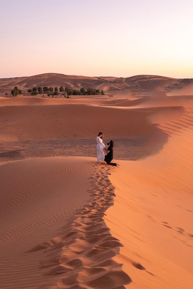 città-romantiche-deserto-sahara-marocco-coppia