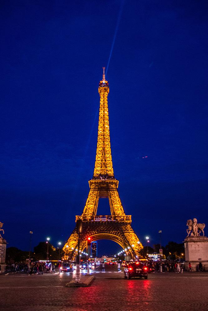 città-romantiche-torre-eiffel-notte-luci