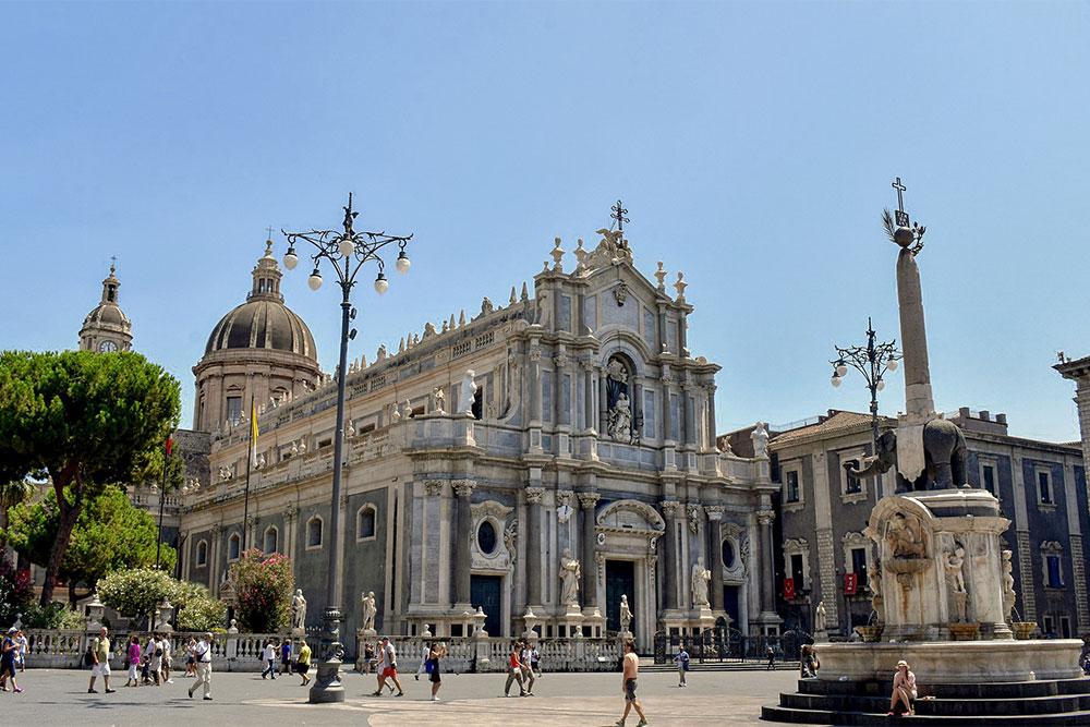 cattedrale-duomo-catania-piazza-elefante-sicilia-on-the-road