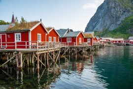 Å-a-lofoten-viaggi-di-gruppo-robuer-palafitte-rosse
